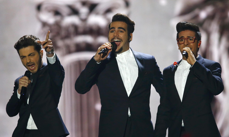 """Băng nhạc Il Volo trình diễn ca khúc """"Grande Amore"""" tại cuộc thi tài  Eurovision lần thứ 60,  Vienna, 23/05/2015."""
