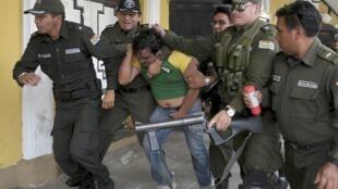 Polícia boliviana prende manifestante em Cochabamba.