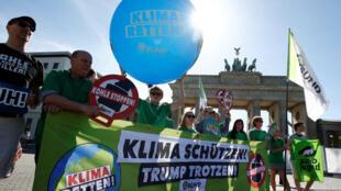 Protestos em frente da embaixada dos EUA em Berlim, após anúncio do presidente americano Donald Trump de retirar os EUA do acordo de Paris.