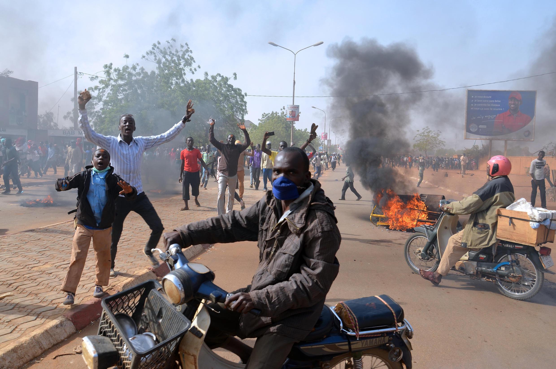 Affrontements entre forces de l'ordre et manifestants le 17 janvier près de la grande mosquée de Niamey (Niger) contre le journal satirique Charlie Hebdo et sa nouvelle caricature du Prophète.
