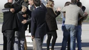 Близкие обнимают бывших заложников по прибытии на военный аэродром в Виллакублэ 30/10/2013