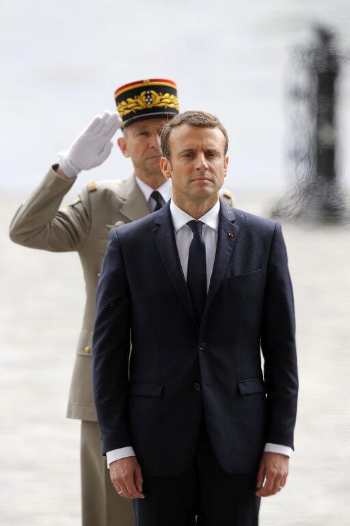 O presidente Emmanuel Macron à frente do chefe do estado-Maior das Forças Armadas, Pierre de Villiers, no desfile militar de 14 de julho de 2017, em Paris.