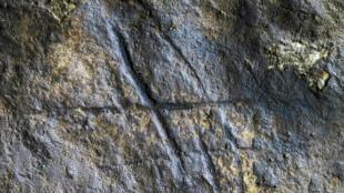 Des lignes gravées dans la roche par les hommes de Néandertal à Gibraltar, tout juste découvertes, prouvent que l'espèce précédant homo sapiens est plus intelligente et créative, car douée d'abstraction, que les scientifiques ne le pensaient jusque-là.
