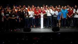 委內瑞拉反對派聯盟副主席博爾奇斯(中)公投後講話2017年7月16日加拉加斯