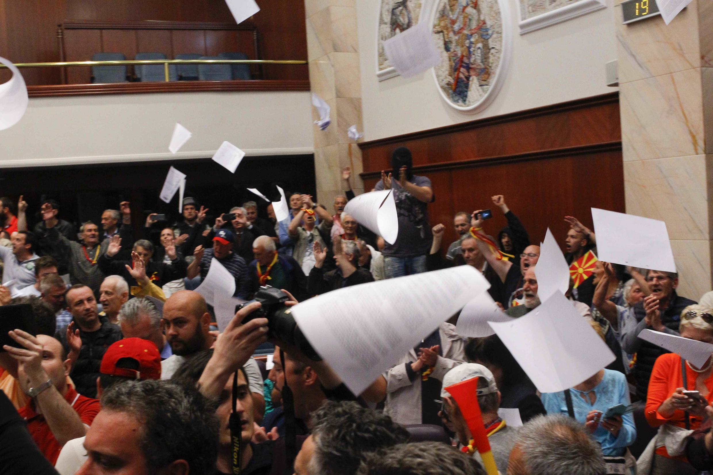 Les  manifestants à l'intérieur du Parlement  après l'élection de l'Albanais, Talat Xhaferi  à la présidence de l'Assemblée.