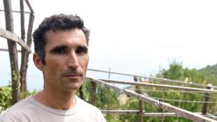 Huanito Luksetic dans le jardin de sa maison où il cultive du cannabis à usage thérapeutique, le 13 juillet 2016.