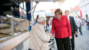 Angela Merkel en campagne le 30 août sur un marché à Greifswald, en Poméranie.