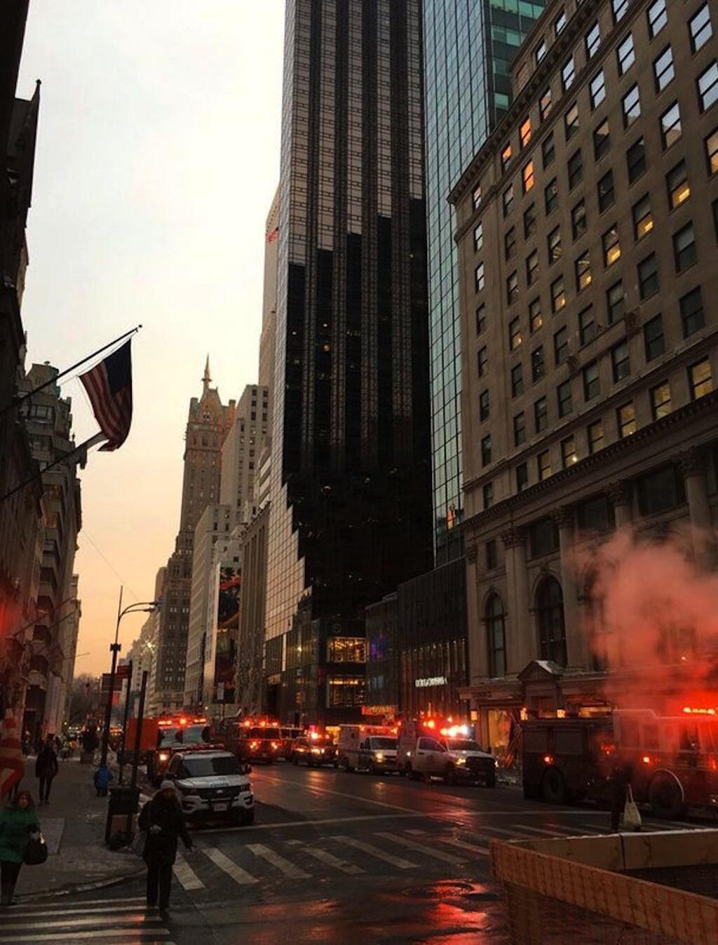 Mbele ya mnara wa nyumba ya Donald Trump, Trump Tower,  New York ambapo moto ulizuka mapema Jumatatu hii asubuhi Januari 8, 2017.
