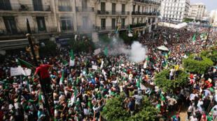 Hàng ngàn người Algeri tiếp tục biểu tình đòi thay đổi chế độ ngày 05/07/2019.