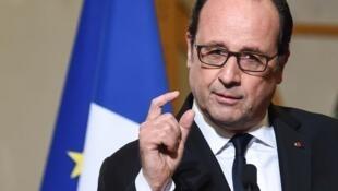 Presidente François Hollande quebra o silêncio