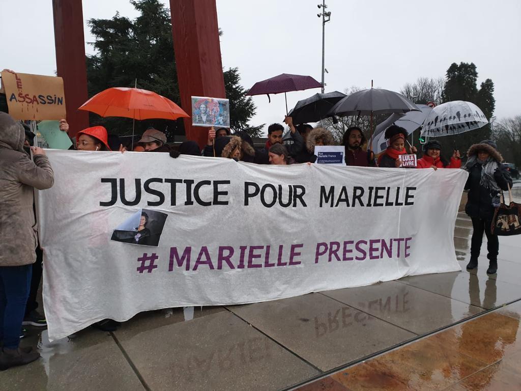 Debaixo de chuva, brasileiros protestaram em 2009 em frente à ONU, em Genebra, pedindo justiça por Marielle. Foto - Divulgação