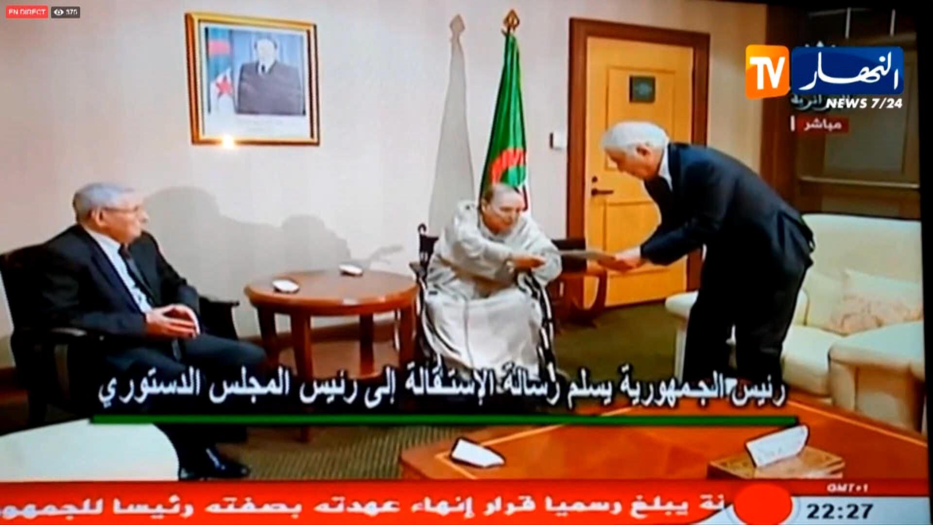 Image d'une vidéo d'Ennahar TV qui montre le président Bouteflika en train de remettre sa lettre de démission, le 2 avril 2019.