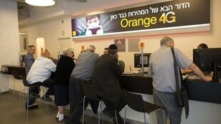 Израильские клиенты в бутике сотового оператора PARTNER , 4 июня 2015 года в Иерусалиме.