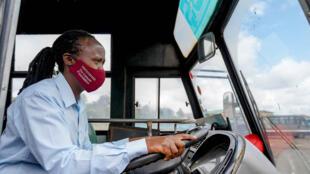 Mmoja ya wanawake madereva wa Matatu jijini Nairobi nchini Kenya, ambao wanasaidiwa na shirika la Flone Initiative, akiwa katika mafunzo. Novemba 11, 2020