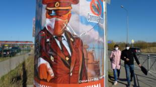 Un affiche met en garde ceux qui ne respecteraient pas le confinement, à Saint Petersbourg, le 22 avril 2020.