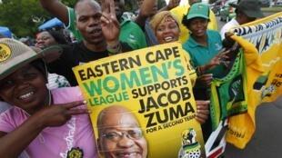 Des partisans de Jacob Zuma brandissent une banderole à son effigie à Bloemfontein, le 17 décembre 2012.