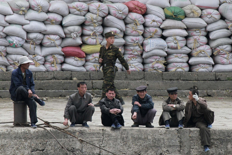 Hàng hóa trao đổi giữa Bắc Triều Tiên và Trung Quốc chất dọc theo bờ sông Áp Lục tại thành phố biên giới Sinuiju, đối diện với thành phố Đan Đông, Trung Quốc.