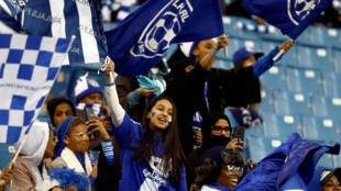 Mujeres saudíes en la tribuna del estadio de Riad en enero de 2018.