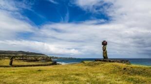Des moaï, les fameuses statues de l'île de Pâques, le long de la côte Pacifique.