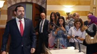 نخست وزیر لبنان، سعد حریری برای اعلام استعفای دولت خود به  سمت تریبون میرود. بیروت- سهشنبه ٧ آبان/ ٢٩ اکتبر ٢٠۱٩