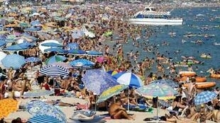 Holidaymakers in the south of France will take to the beaches this weekend