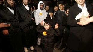 Lors d'une manifestation de juifs orthodoxes des enfants et des adultes ont porté l'étoile jaune, à Jérusalem, le 31 décembre 2011.