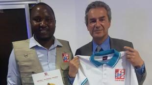 Le Professeur Yves Levy, recevant des souvenirs, cadeau du Club RFI Goma avec le président du Club RFI Goma, Bashira Zacharie.