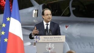 Le président Hollande présente ses vœux aux armées pour l'année 2014. Creil, le 8 janvier.