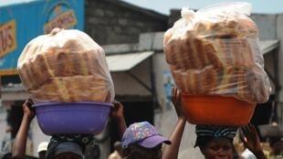 Mkate ni chakula kinachotumiwa na wakaazi wengi wa mjini Kinshasa.
