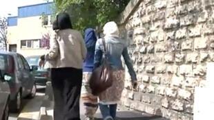 """Uma estudante francesa foi impedida de entrar na escola por usar saia """"muito longa""""."""
