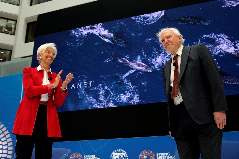Nhà môi trường David Attenborough (P) và tổng giám đốc Quỹ Tiền Tệ Thế Giới Christine Lagarde, Washington, 11/04/2019.