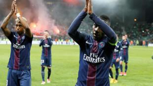 Les joueurs du Paris Saint-Germain applaudissent leurs fans, après le match contre Saint-Etienne, le 14 mai 2017.