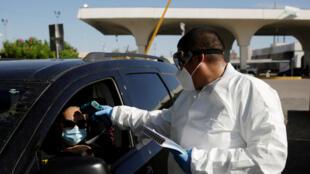 Kiểm tra thân nhiệt du khách từ Mỹ vào Mêhicô qua cầu quốc tế Stanton-Lerdo, Ciudad Juarez, Mêhicô ngày 04/07/2020.