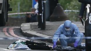 A polícia científica  no local do crime em Woolwich, em 22 mai 2013.
