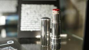 Le rouge à lèvres… du baiser de la mort. Un des 3 500 objets exposés dans le musée du KGB à New York.