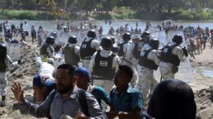 Les forces de l'ordre mexicaines bloquent des migrants, près de la frontière entre le Guatemala et le Mexique, à Ciudad Hidalgo, le 20 janvier 2020.