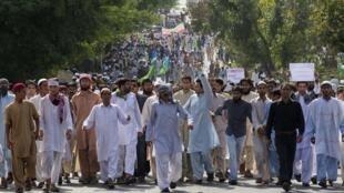 Khác với nhiều nước khác, tổ chức Hồi giáo lớn nhất Indonesia có lập trường ôn hòa về tranh biếm họa liên quan đến đạo Hồi.  Ảnh minh họa: một cuộc biểu tình của người Hồi giáo chống ranh biếm họa tại Pakistan, năm 2012.