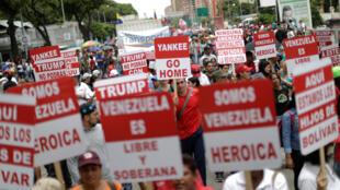 Manifestation de Vénézuéliens dans les rues de Caracas, le 14 août 2017, pour protester contre la menace d'intervention militaire du président américain Donald Trump.