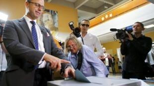 极右翼自由党候选人诺贝特·霍费尔投下了他的一票
