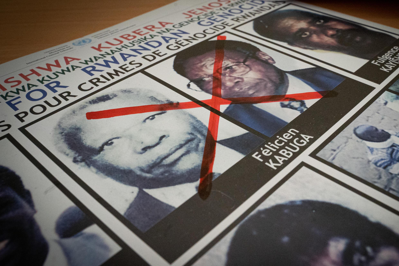 Un cartel con la imagen del presunto tesorero del genocidio en Ruanda, Félicien Kabuga, el 19 de mayo de 2020