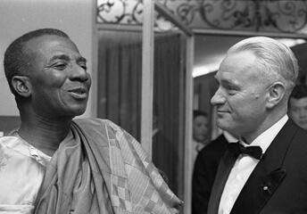 Sylvanus Olympio Togo, premier président du Togo et le ministre président du land de Bavière Hans Ehard, lors d'une réception à  Munich (RFA), le 21 mai 1961.