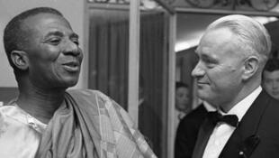 Sylvanus Olympio Togo, premier président du Togo? et le ministre président du land de Bavière Hans Ehard, lors d'une réception à  Munich (RFA), le 21 mai 1961.
