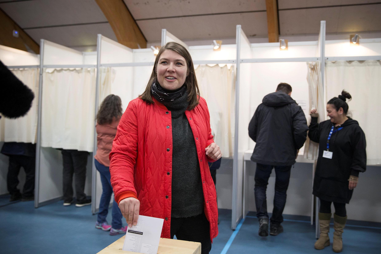 Sara Olsvig, líder do partido Comunidade do Povo Inuíte, vota na capital Nuuk, nesta terça-feira (24).