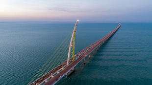 کویت با احداث و افتتاح یکی از طولانیترین پُلهای جهان دو سوی دهانۀ کویت در آبهای خلیج فارس را به یکدیگر پیوند زد و منطقۀ اقتصادی در حال توسعۀ «مدینه الحریر» و کویت سیتی را به یکدیگر نزدیک کرد.