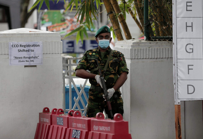 Colombo, Sri Lanka, le 6 août : un militaire des Forces spéciales monte la garde devant un centre de dépouillement des élections au lendemain des législatives du 5 août 2020.