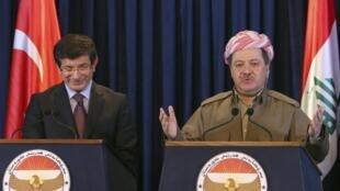 Le chef de la diplomatie turque Ahmet Davutoglu (gauche) avec Massoud Barzani, le 30 octobre 2009.