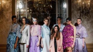 La créatrice arménienne Armine Ohanyan présente sa dernière collection dans les salons de l'Hôtel Plaza Athénée.