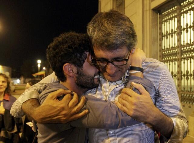 Una pareja festeja tras el anuncio de la ratificación de la ley del matrimonio igualitario, el 10 de abril de 2013 en Montevideo.