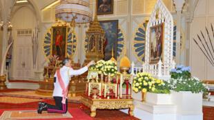 Novo rei da Tailândia, Maha Vajiralongkorn Bodindradebayavarangkun, presta homenagem a retrato de seu pai em templo budista em 1° de dezembro de 2016.