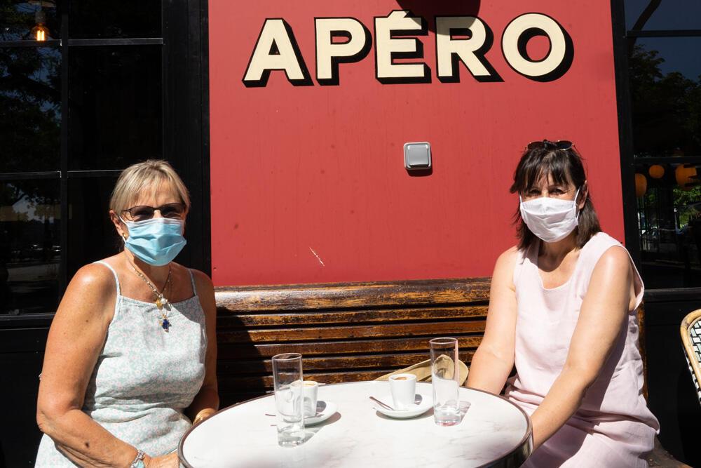 As amigas Caroline e Dominique se encontram para tomar um café ao sol, depois da longa quarentena em Paris. 2/6/2020